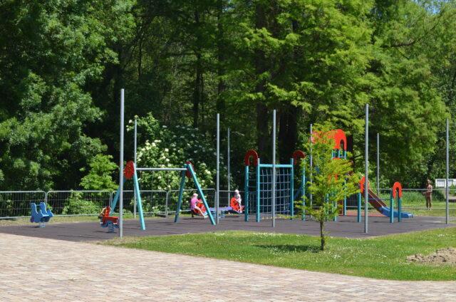 Хевиз. Детская площадка на озере