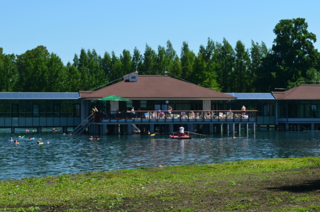 Территория хевизского озера. Вид на lounge площадку