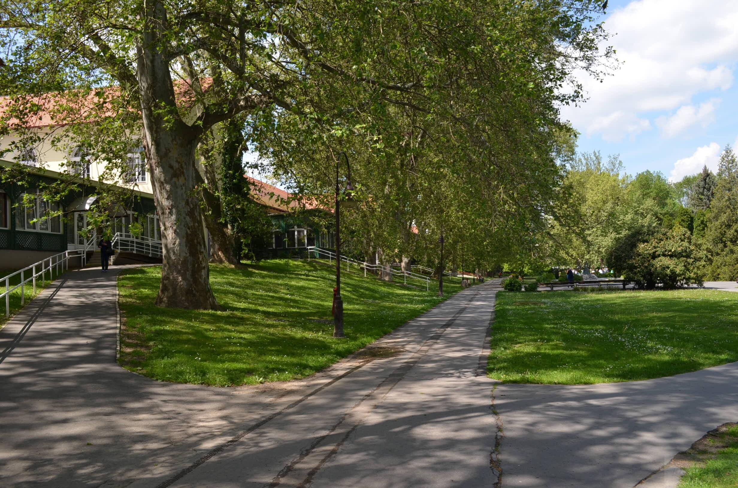 Парк у озера Хевиза